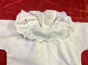 En helt underbar babyskjorta med handsydd brodyrspetsar! - En underbar babyskjorta med handsydd brodyrspets.