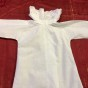 En helt underbar babyskjorta med handsydd brodyrspetsar!