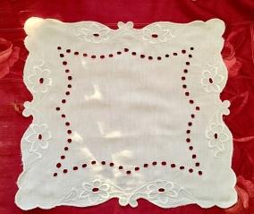 En fint handbroderad duk i vitt på vitt. Mycket fint skick! - En duk i linne med ett vackert handbroderi.