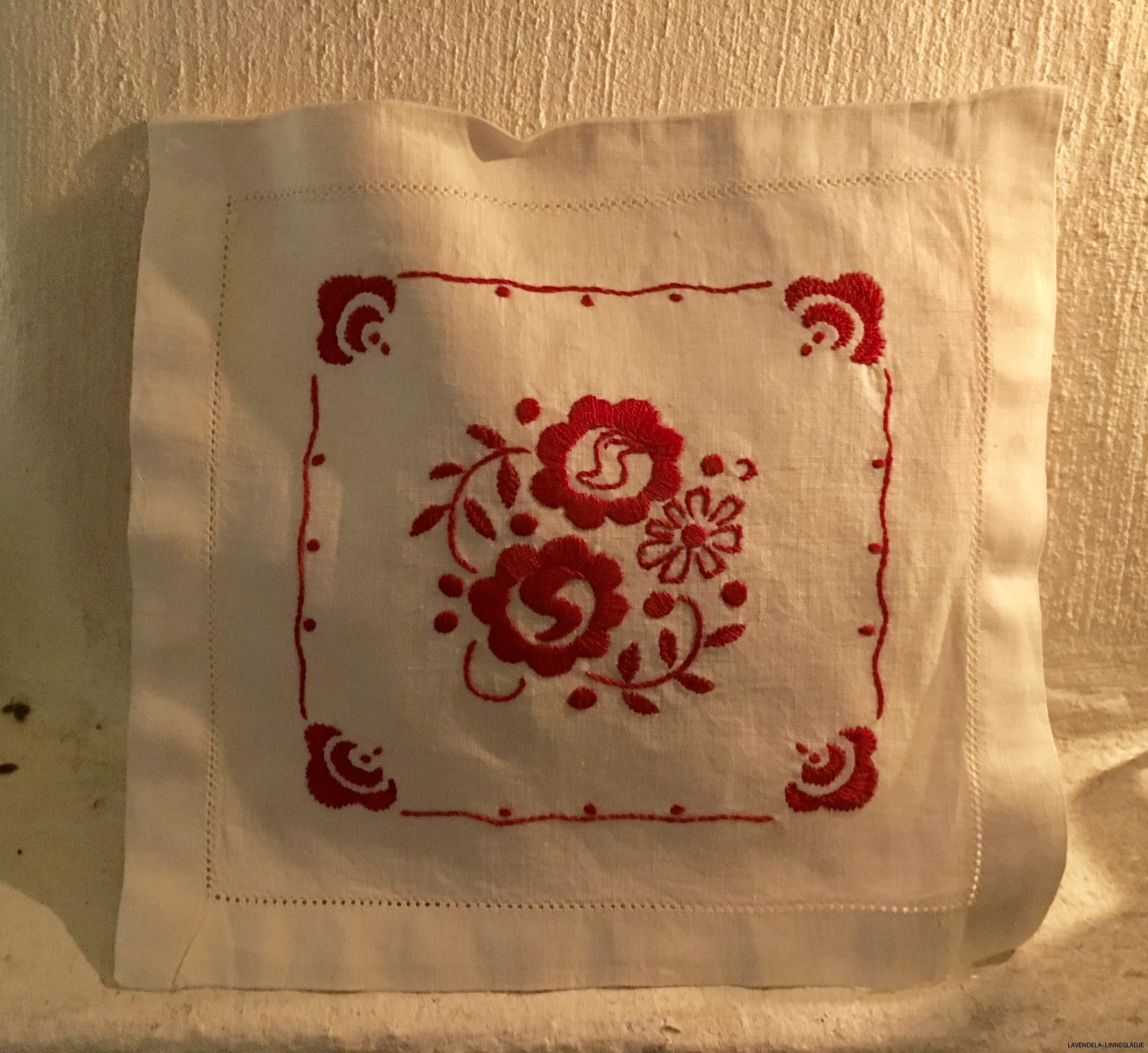 Handbroderad i rött och vitt