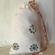 En handsydd lavendelpåse i linne! Fylld med härligt doftande ekologisk lavendel.