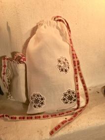 En handsydd lavendelpåse i linne! Fylld med härligt doftande ekologisk lavendel. - En handsydd lavendelpåse i linne.