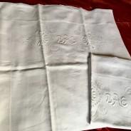 Två antika linneörngott i vackraste vitbroderi. I mycket fint skick.