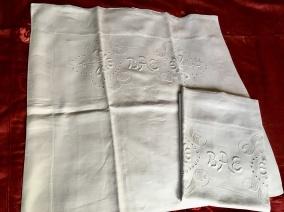 Två antika linneörngott i vackraste vitbroderi. I mycket fint skick. - Två antika linneörngott med vitbroderi.