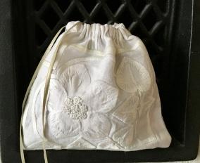En handsydd lavendelpåse i vackert broderad linne. - En handsydd lavendelpåse i linne.