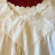 Se Upp! En ljuvligt vacker äldre särk i linne och vitbroderier.
