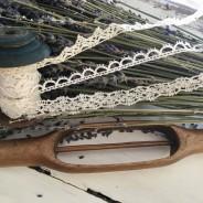 En vacker antik bobinrulle med tre knypplade spetsar.