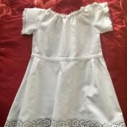 En ser handsydd barnklänning i bomull. I fint skick!