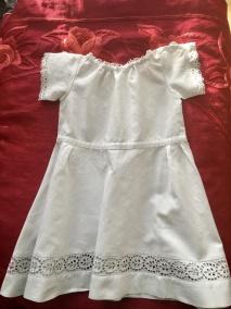 En ser handsydd barnklänning i bomull. I fint skick! - En söt barnklänning med handsydda spetsar.