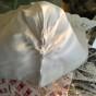 Sommar-pris! En mycket välbevarad hätta i linne och en bred handknypplad spets