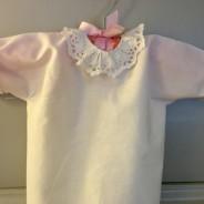 En fin babyskjorta med handbroderad spetskrage. Mycket välbevarad.