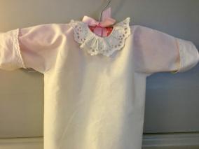 En fin babyskjorta med handbroderad spetskrage. Mycket välbevarad. - En ljuvligt vacker babyskjorta.