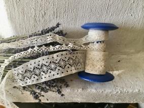 En blå bobinrulle i trä med tre vackra tyllspetsar. I bästa skick! - BRA PRIS! Bobinrulle med tyllspetsar