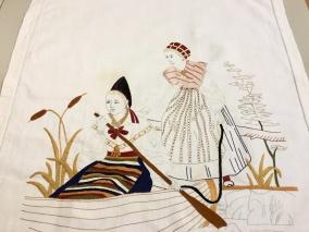 En antik vacker bonad med fransar, 172 x 62 cm i linne. - En antik bonad m. fransar.