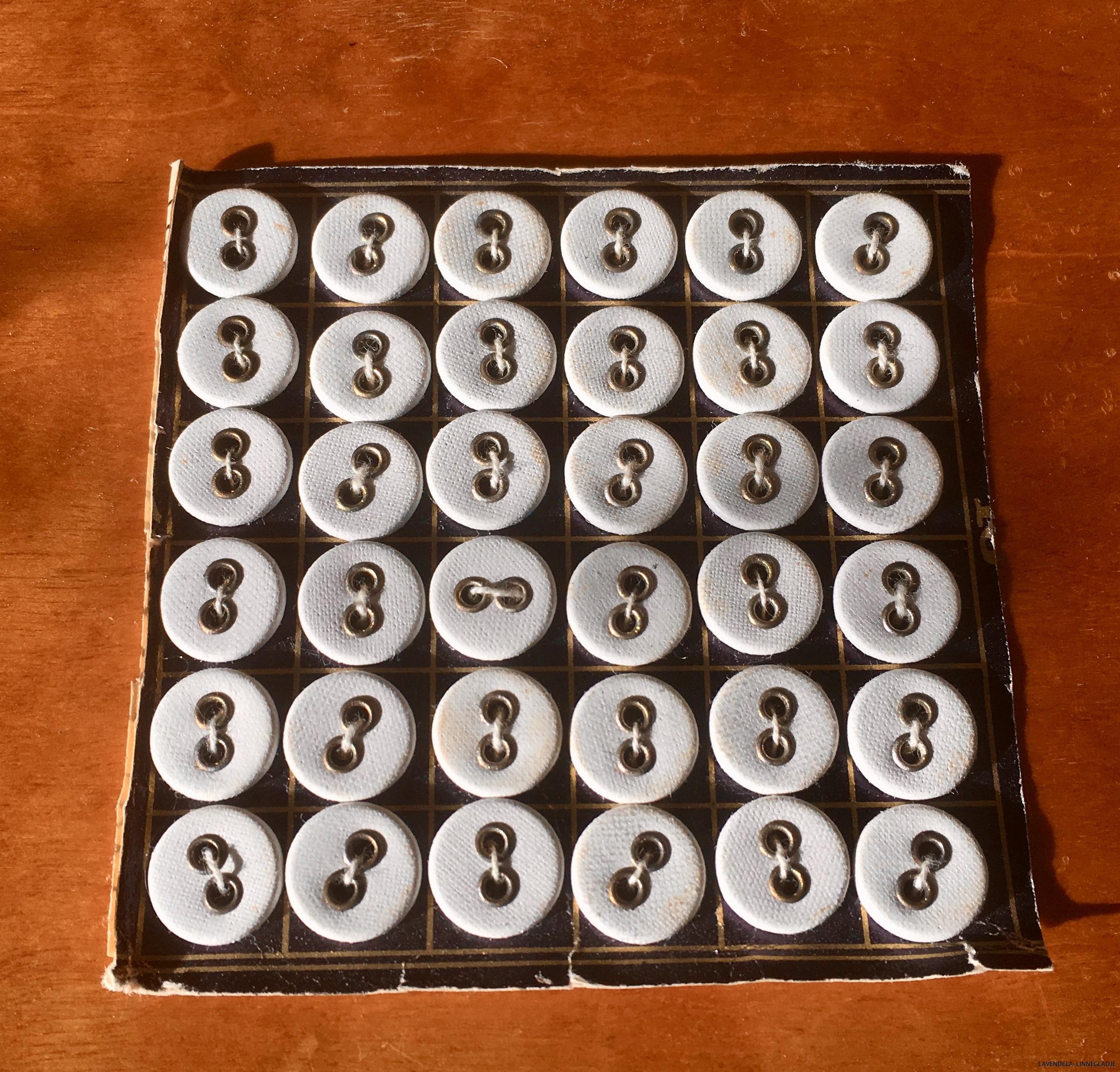 37 tygknappar