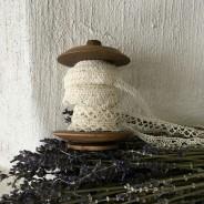 En antik bobinrulle mrd knypplade spetsar. Oanvända.