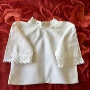 En underbart söt babyskjorta, med handsydd brodyrspets.