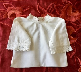 En underbart söt babyskjorta, med handsydd brodyrspets. - En underbart söt babyskjorta.