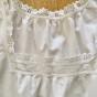 En fin äldre särk i bomull med vackra brodyrspetsar.
