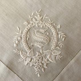 BRA PRIS! Ett helt fantastiskt hantverk från slutet av 1800-talet. - En helt fantastisk näsduk i vitbroderi.