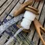 En vacker antik bobinrulle med två handknypplade spetsar. - En antik bobinrulle med handknypplade spetsar