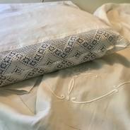 Ett vackert långörngott i handvävt linne! Och handvirkad spets.