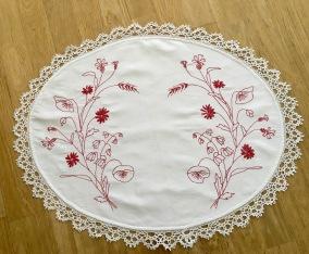En fint handbroderad brickduk i rött och vitt! - En fin handbroderad brickduk