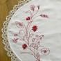 En fint handbroderad brickduk i rött och vitt!