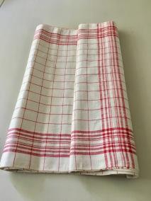En handduksräcka i klassiskt mönster i rött och vitt. - En fin handduksräcka i rött och vitt.