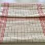 En handduksräcka i klassiskt mönster i rött och vitt.