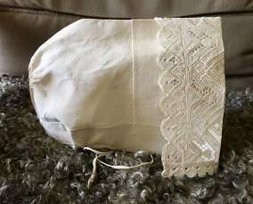 En antik, ljuvligt vacker handsydd hätta, Gagnef med en handknypplad spets. - En vacker antik handsydd hätta