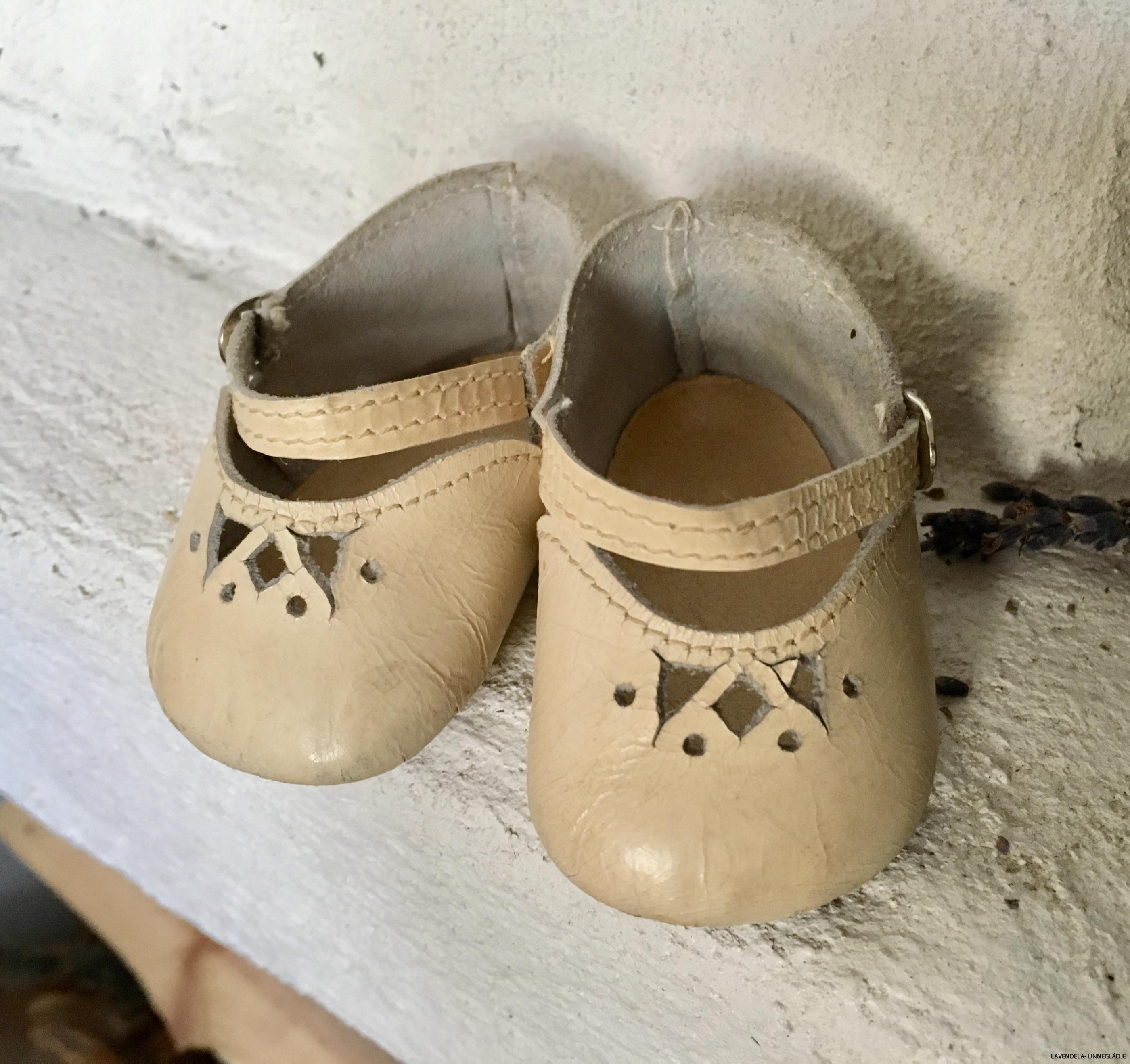 Skorna är i skinn