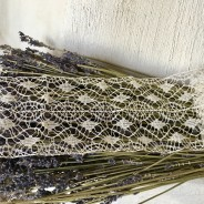 En ljuvlig, skir handknypplad spets. Spetsen är vit och 1.5 meter lång.