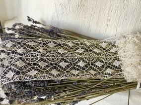 En ljuvlig, skir handknypplad spets. Spetsen är vit och 1.5 meter lång. - En vacker handknypplad spets.