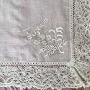 En ljuvligt vacker antik näsduk med mästerligt vitbroderi.