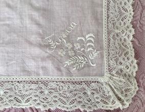 En ljuvligt vacker antik näsduk med mästerligt vitbroderi. - En mästerligt handbroderad duk.