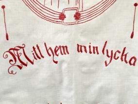 En tjusig paradhandduk i rött och vitt. Mycket fint hantverk! - En mycket fint broderad paradhandduk.