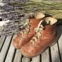 Ett par läderkängor för barn från början av 1900-talet. - Ett par fina barnskor i läder.
