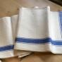 En handduksräcka i allra finaste kvalité. Snygga blå bårder och i linne! - En härlig handduksräcka i allra bästa kvalit´r.