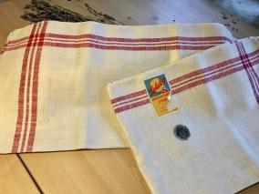 En härlig handduksräcka i klassiskt mönster! I hellinne och vilken kvalité! - En härlig handduksräcka i bästa kvalité.