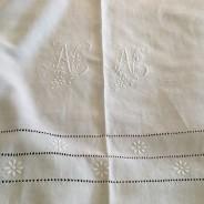 Vilket mästerverk i glänsande linne! Antikt,överkast, lakan i bästa skick!