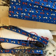 Ett jättefint äldre bomullsband i blått.