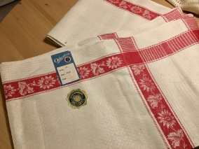 En härligt linneglänsande handduksräcka med röda bårder. - En finfin handduksräcka m röda bårder