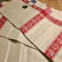 En härligt linneglänsande handduksräcka med röda bårder.