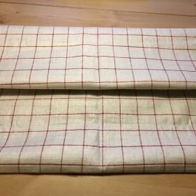 Ett handvävt linnetyg, 4.20 m i rött och vitt. Fint skick! - Ett handvävt linnetyg i rött och vitt.
