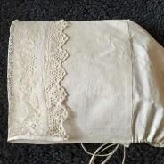 En antik, ljuvligt vacker handsydd hätta, Gagnef med en handknypplad spets.