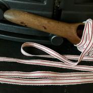 Ett fint bomullsband, 5 m långt i rött och vitt.