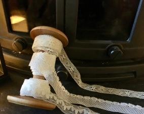 En fin bobobinrulle med tre olika spetsar. - En bobinrulle med spetsar