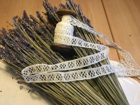 En antik bobinrulle med knypplad spets. - En antik bobinrulle med spetsar