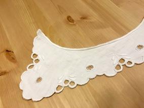En underbart vacker handbroderad krage i linne! - En mycket vacker krage i linne och vitbroderi.